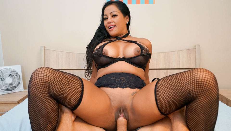 Curvaceous asian milf Maxine X squirts all over the place